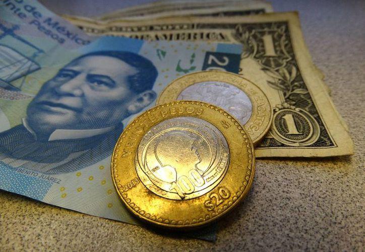 El billete verde se compró en un mínimo de 19.76 pesos en instituciones bancarias de la Ciudad de México. (SIPSE.com)