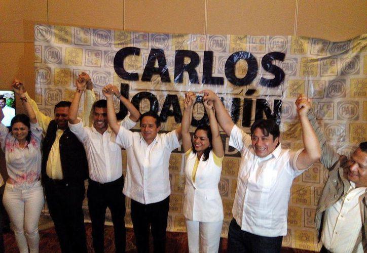 Carlos Joaquín junto con los integrantes de su partido político. (Stephani Blanco/SIPSE)
