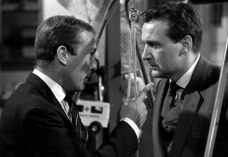El actor Patrick Macnee (d), quien falleció a los 93 años. En la foto luce en una escena de la serie detectivesca de televisión Los Vengadores. (fansshare.com)