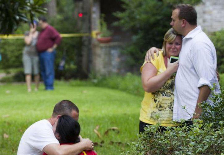 Vecinos se abrazan unos a otros tras el tiroteo que cimbró la tranquilidad de Springs, Texas. (Foto: AP)