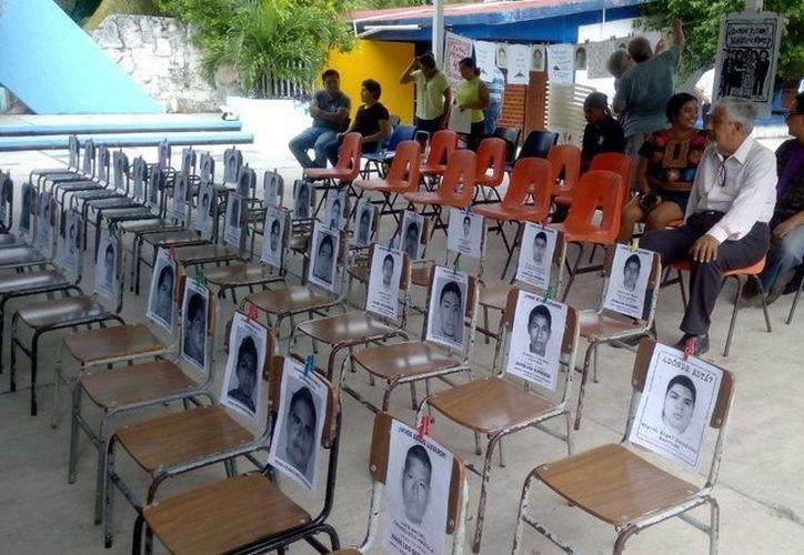 """Durante el anuncio, en el CAM de la Región 92, los organizadores presentaron el libro de poemas """"Vivos los leeremos"""", en memoria de los 43 normalistas. (Eric Galindo/SIPSE)"""
