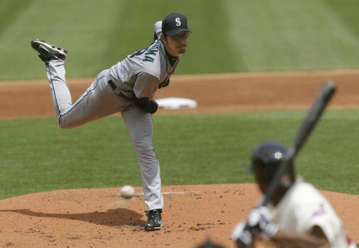 El pitcher Iwakuma, de los Marineros, lanza una pelota a  Michael Bourn, de Cleveland. (Agencias)