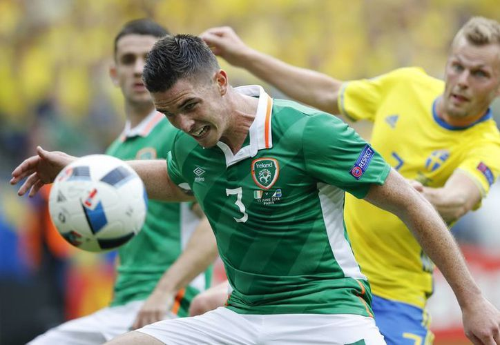 Suecia sufría la angustia de una inesperada derrota en su estreno ante Irlanda, pero un autogol los salvó. Ambos equipo pertenecen al Grupo E de la Eurocopa 2016. (Foto AP / Christophe Ena)