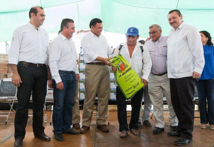 El gobernador Rolando Zapata Bello entregó apoyos del programa Peso a Peso en el oriente de Yucatán. (SIPSE)