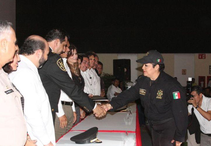 La policía primero Wendy Verónica Arjona Correa en su entrega de reconocimiento. (Thenay Ruz/SIPSE)