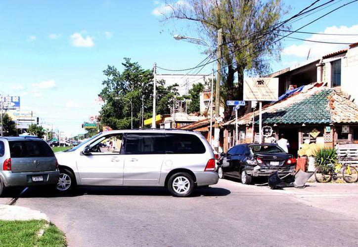 Una carambola entre cinco vehículos provocó un caos vial en Circuito Colonias oriente. (Milenio Novedades)