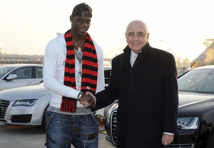 Balotelli con el vicepresidente del Milán AC, Adriano Galliani. (AP)