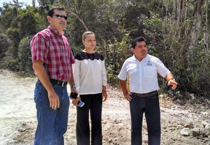 Ayer el titular de la SEMA, Rafael Muñoz Berzunza, recorrió el área en donde se ubicará el relleno sanitario de Tulum.  (Rossy López/SIPSE)