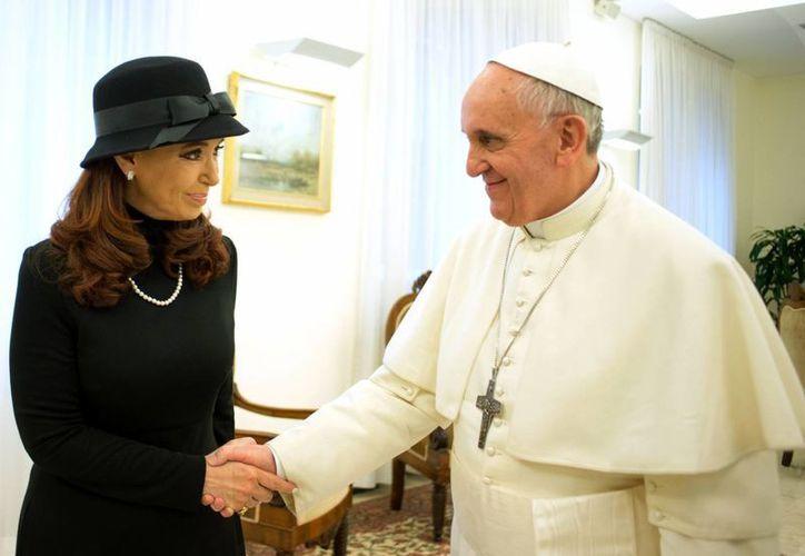 La presidenta de Argentina, Cristina Fernández, durante su encuentro con el Papa Francisco, este lunes. (AP)