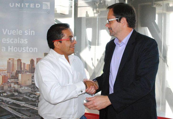 El titular de Sefotur (izquierda) anunció una serie inversiones en la costa yucateca. (Milenio Novedades)