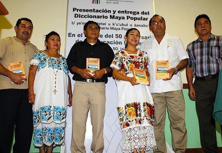 El libro Asignatura Maya pretende impulsar el aprendizaje de dicha lengua en la Península Yucateca. En la foto, de contexto, presentación de los diccionarios 'Maya popular', que se han entregado desde el año pasado en decenas de primarias y centros de educación indígena. (SIPSE)