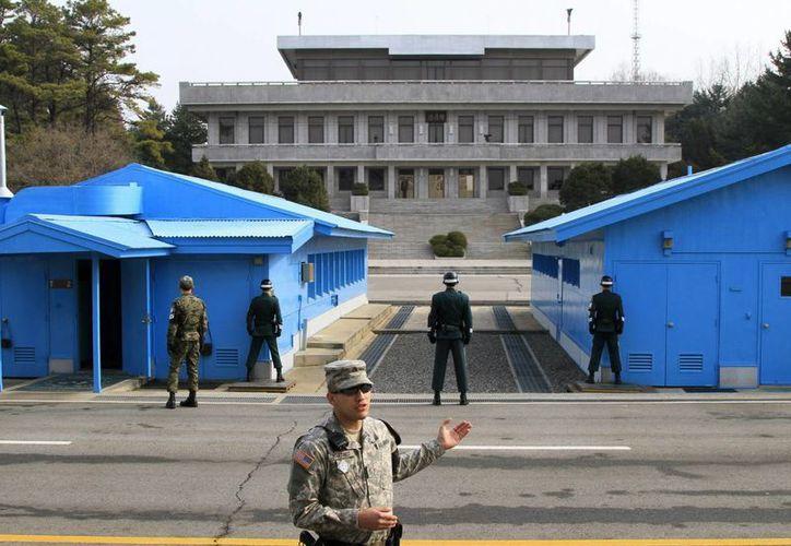Soldados surcoreanos observan a un soldado norcoreano en zona desmilitarizada. (EFE/Archivo)