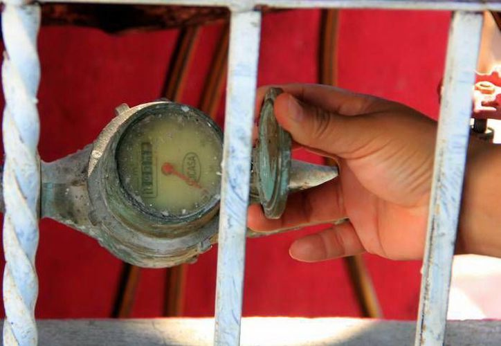 Los medidores de bronce son susceptibles a ser comercializados, por lo que cambiarlos evita que se los roben. (Milenio Novedades)