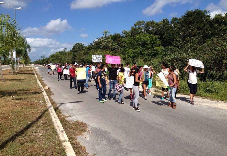 Alumnado de la UQROO protesta por la desaparición de los normalistas desaparecidos. (Adrián Barreto/SIPSE)