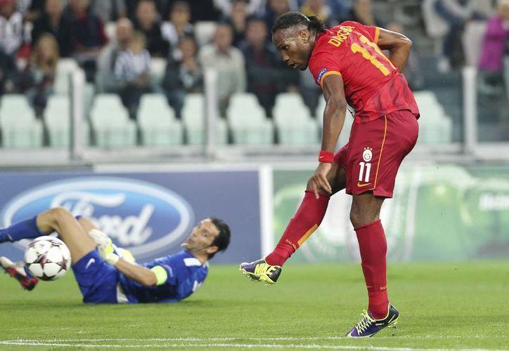 Drogba puso el 1-0 gracias a que se aprovechó de una garrafal falla defensiva. (Agencias)