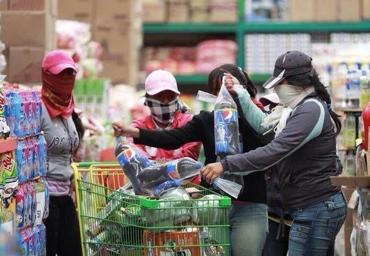Los normalistas saquearon una tienda de Aurrera y otra de la Comercial Mexicana en Guerrero. (twitter.com/deycko_)