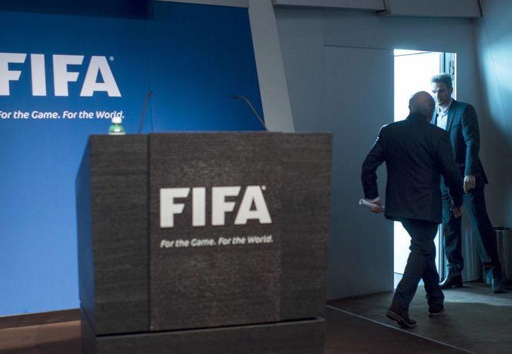 Mientras que los dirigentes de FIFA arrestados desde la semana pasada en Suiza podrían pasar por lo menos varios meses en prisión, la situación de Josep Blatter parece estar menos comprometida por ahora. En la foto, Blatter poco después de anunciar su renuncia como presidente de FIFA. (AP)