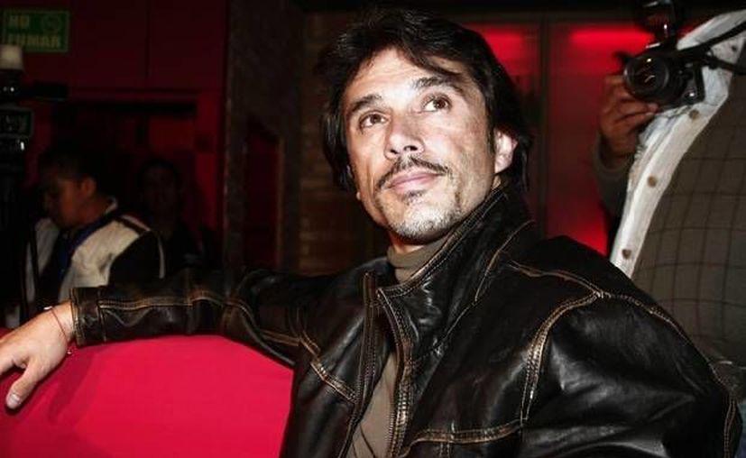 Mayer dio a conocer que Sebastian Rulli y Aracely Arambula también trabajan en   que haya una ley anti paparazzi en México. (quien.com)