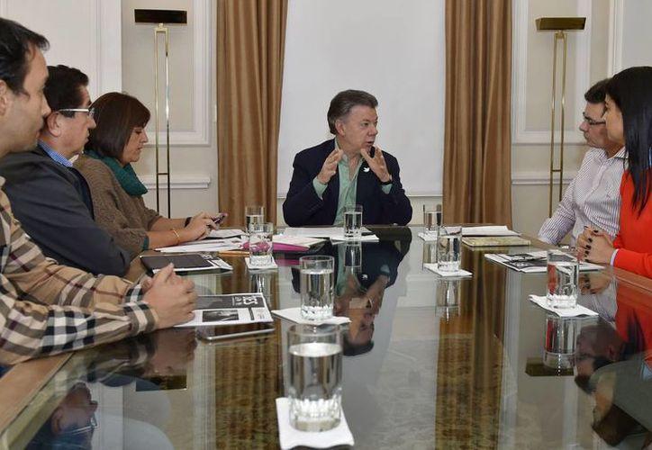 El presidente colombiano Juan Manuel Santos (c), este sábado durante una reunión de seguimiento a las medidas adoptadas para controlar el virus del Zika, en el Palacio de Nariño de Bogotá. (EFE)