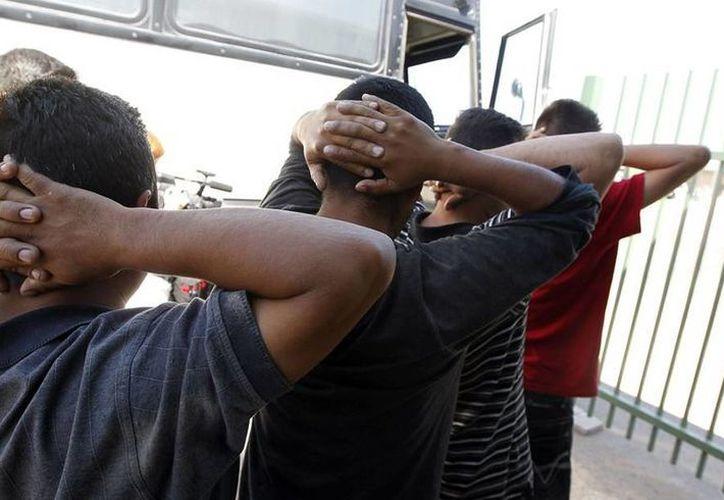 Imagen de un grupo de inmigrantes ilegales al momento de su traslado a alguna cárcel de EU. Alguaciles buscar a ilegales acusados de crímenes violentos para sacarlos del país. (Archivo/Agencias)