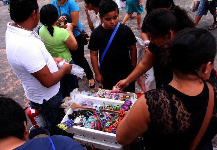 Protección Civil de Mérida vigila la venta de artículos con pólvora en el centro de la ciudad. (Milenio Novedades)