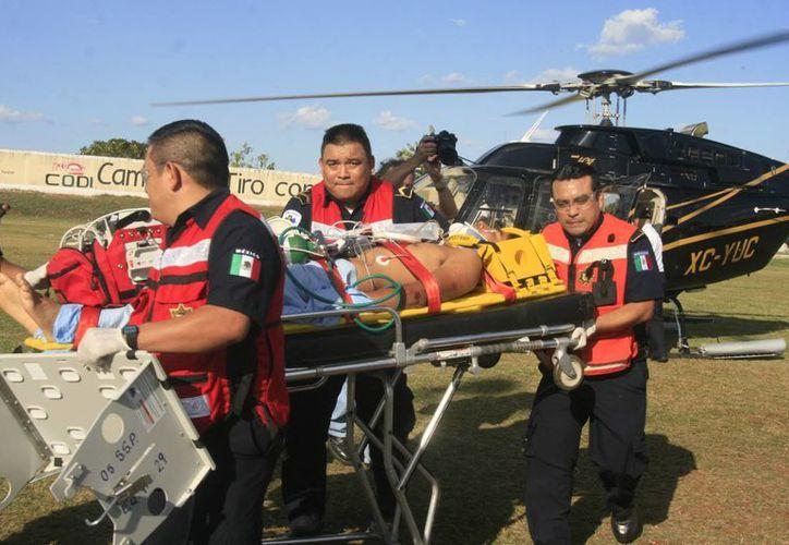 Rafael Robledo Aldama poco después de ser bajado del helicóptero de la SSP, a su llegada a Mérida. (Jorge Sosa/SIPSE)