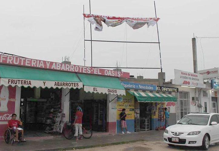 Al menos 10 anuncios instalados en partes elevadas representan un peligro para la comunidad. (Carlos Horta/SIPSE)