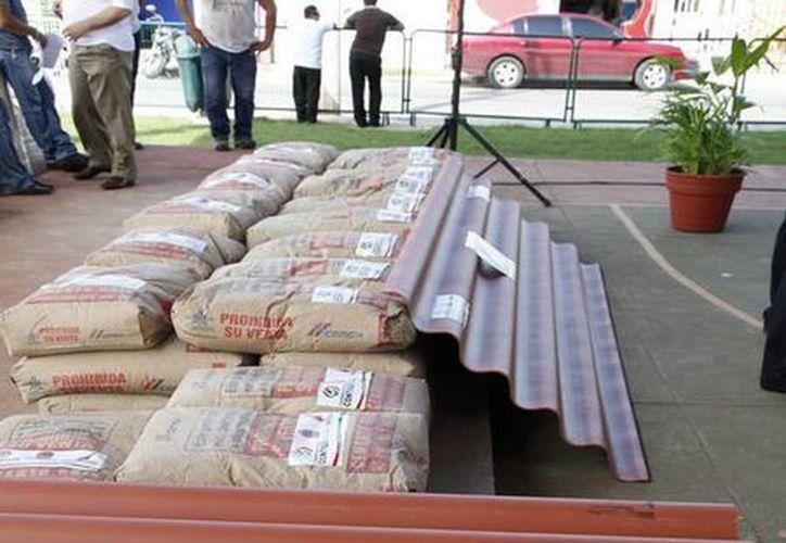 Entre los materiales condonados se repartieron: bultos de cemento, tinacos, cubetas de pintura, láminas de fibrocemento. (Redacción/SIPSE)