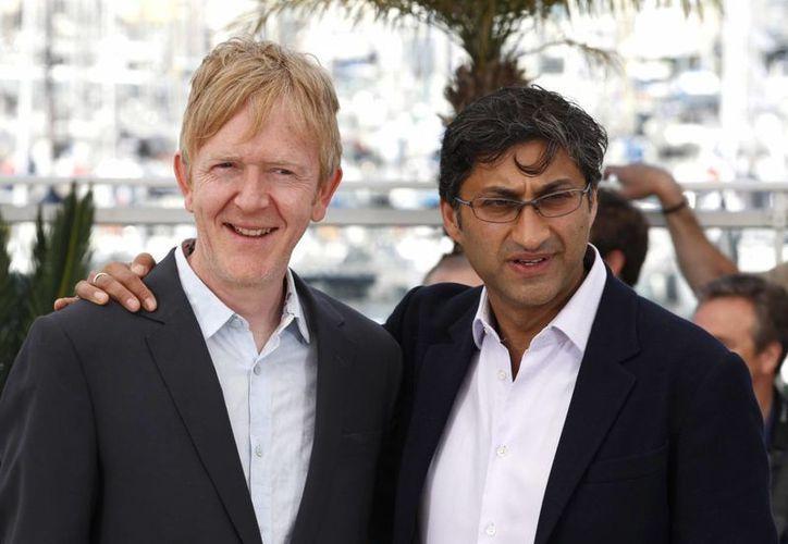 El cineasta Asif Kapadia, a la derecha, y el editor de video Chris King posan para la prensa en el 68vo festival internacional de Cine de Cannes poco antes de la presentación de 'Amy'. (AP Foto/Lionel Cironneau)