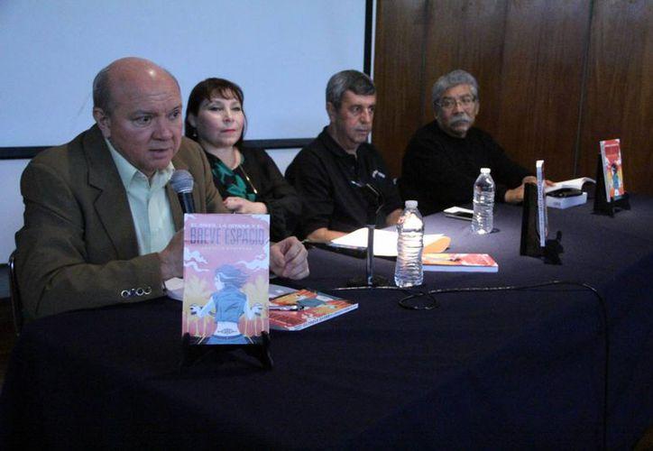 El autor Joaquín Espinosa Peón e invitados durante la presentación del libro en el Olimpo. (Milenio Novedades)