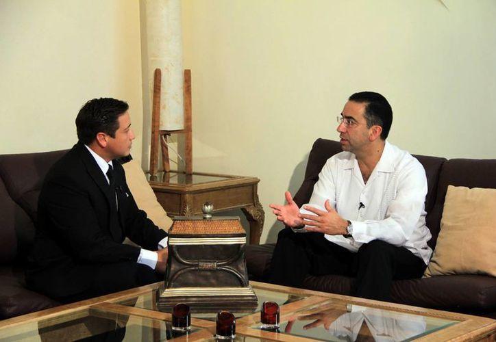 Antonio García, conductor de SIPSE Noticias, entrevistó al senador Javier Lozano, ex secretario del Trabajo. (José Acosta/SIPSE)