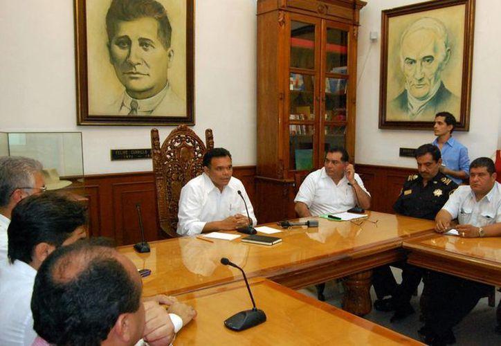 El gobernador Rolando Zapata Bello en conferencia de prensa para informar del seguimiento a la baja presión en el Caribe. (SIPSE)