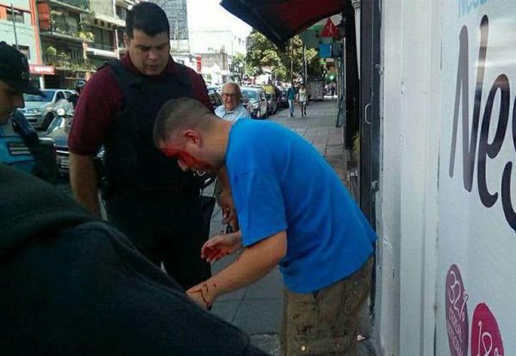 El padre de la menor golpeó al acosado de su hija; ambos fueron detenidos por la policía. (Foto: Facebook)