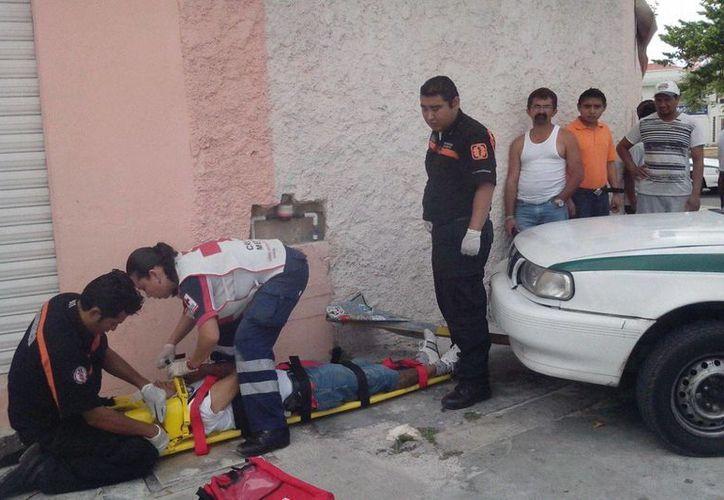 Paramédicos de la Cruz Roja apoyaron al lesionado. (Redacción/SIPSE)
