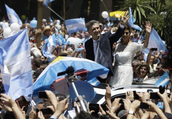 Miles de argentinos arroparon a su nuevo presidente, Mauricio Macri, en las afueras de la Casa Rosada, sede del Ejecutivo. (AP)