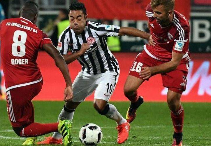 Un pase para gol (en realidad fue un tiro de esquina) de Marco Fabián (c) ayudó al Eintracht Frankfurt a ganar 2-0 este martes al Ingolstadt en partido de la Liga de Alemania. (Foto: @Eintracht)