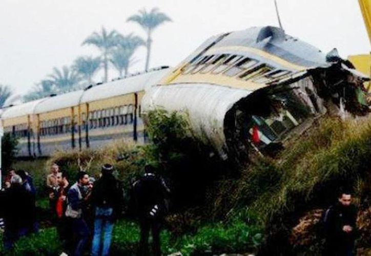 El impacto descarriló los dos primeros vagones del tren, que expulsó a un enorme número de pasajeros. (Foto tomada de 24-horas.mx)