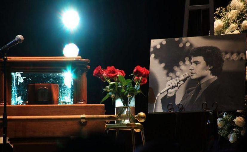 Juan Gabriel dejó grabado su parte de la canción y Luis Miguel podría completarlo. Aseguran que se trata del tema 'Debo hacerlo'. (debate.com.mx)