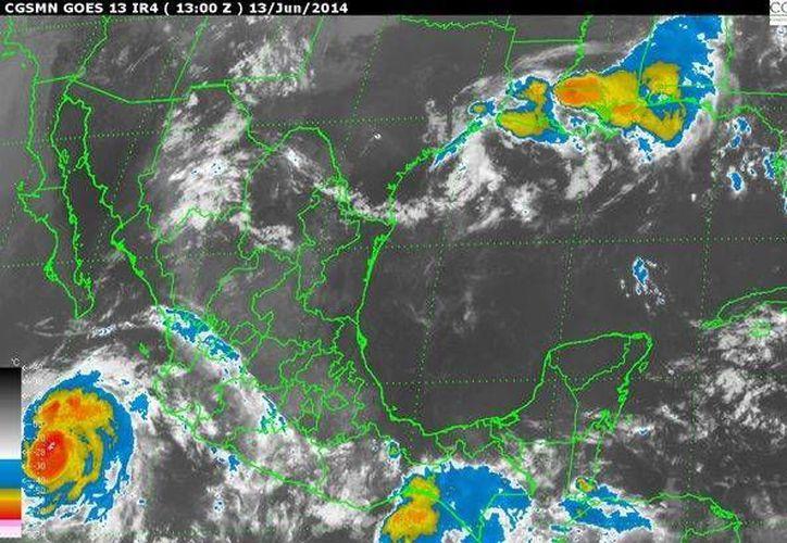 El huracán Cristina, ahora categoría dos, continuará su  desplazamiento hacia el noroeste. (Redacción/SIPSE)