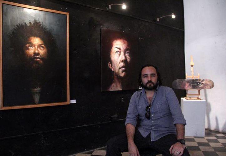 La exposición del artista yucateco Rodolfo Baeza se encuentra en la galería La Eskalera, ubicada en la calle 70 por 57 del Centro Histórico de Mérida. (Milenio Novedades)