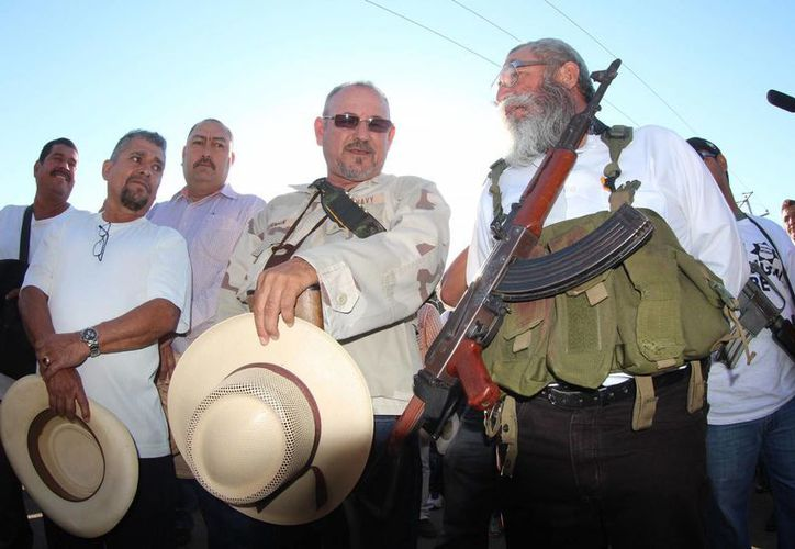 Estanislao Beltrán (armado) dijo que mañana las autodefensas sostendrán un encuentro con el comisionado por la seguridad de Michoacán, Alfredo Castillo. (Notimex/Archivo)