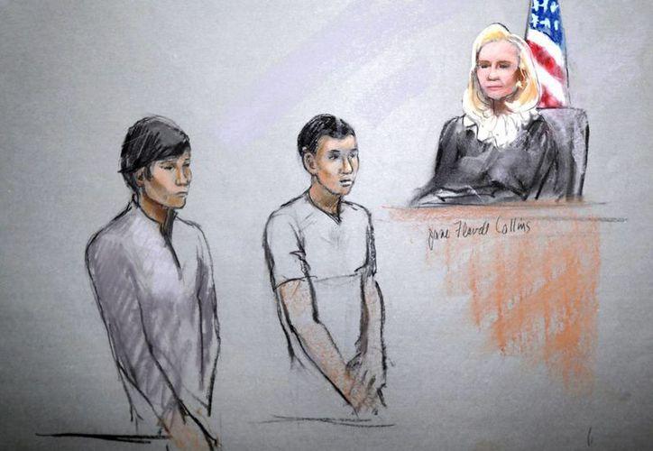 Bosquejo de los detenidos  Dias Kadyrbayev (izq) y Azamat Tazhayakov durante su presentación en la Corte Federal Moakley en Boston. (Agencias)