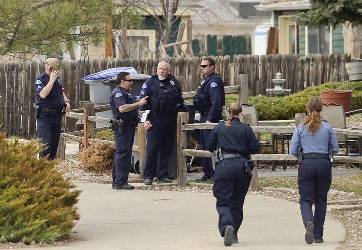 La policía indicó que la mujer que fue apuñalada por una desconocida para quitarle al bebé del vientre fue intervenida quirúrgicamente. En la imagen, los agentes realizan peritajes en el lugar donde ocurrió el ataque. (AP)
