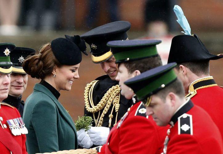 La Duquesa de Cambridge habla con soldados en la ceremonia por el Día de San Patricio. (Agencias)