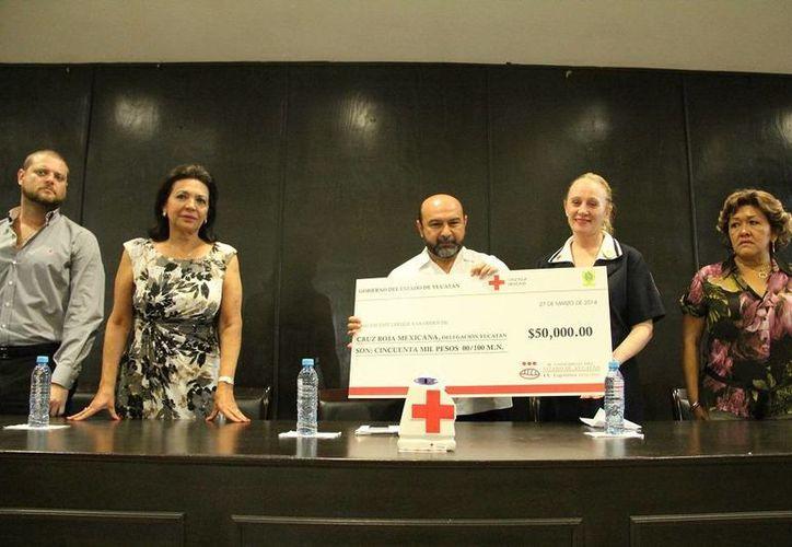 Diputados locales de Yucatán entregan donativo a la Cruz Roja, que en estos días realiza su colecta nacional de cada año. (Cortesía)