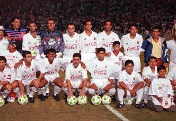 Fotografía de los Tecos campeones de la temporada 1993-1994. En su regreso al fútbol profesional los universitarios juegan en la Tercera División y son dirigidos por  Rodrigo 'Pony' Ruiz. (FCTecos)