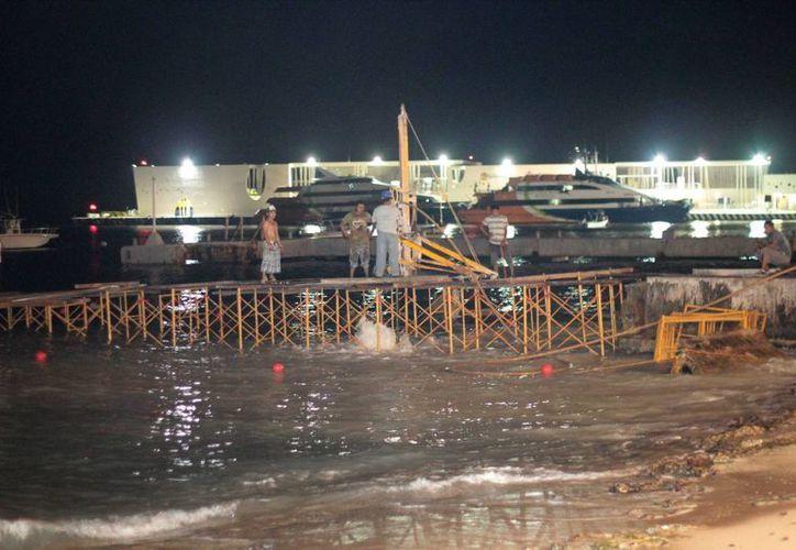 Los trabajos de construcción del muelle Pro Drive se realizan durante la noche, haciendo perforaciones al lecho marino. (Gustavo Villegas/SIPSE)