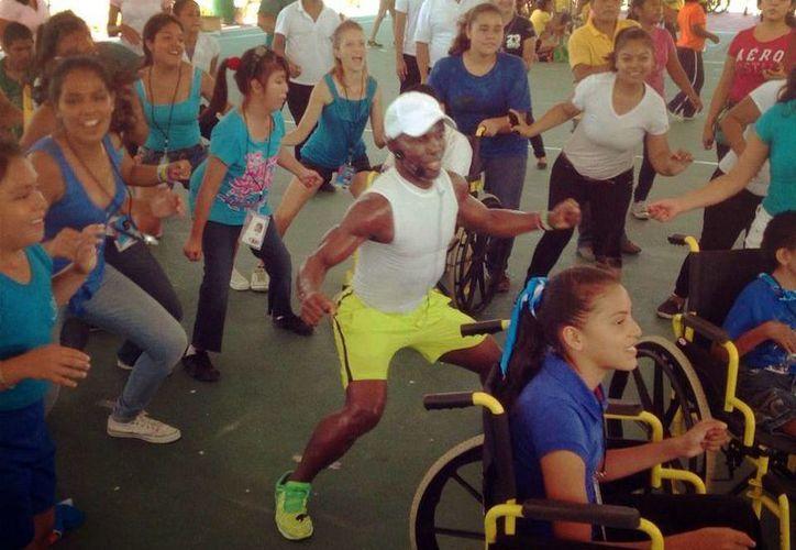 El Negrito pa' gozar imparte clases de zumba en Cancún y Mérida, además de ser el conductor invitado en el programa matutino de Gala TV Mérida, de Grupo SIPSE. (Milenio Novedades)