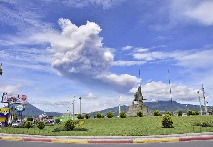 Vista de una nube de ceniza que sale del volcán Santiaguito, ubicado en el departamento de Quetzaltenango. (EFE/Archivo)