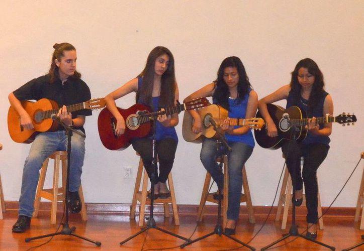 """Se redondeó el recital con las interpretaciones de las obras """"Ejercicios para guitarra y un dueto"""". (Redacción/SIPSE)"""